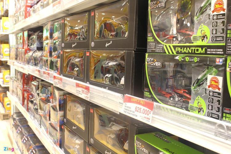 Xe, robot, siêu nhân được các cửa hàng, trung tâm bán đồ chơi giảm mạnh nhằm kích thích mua sắm. Ảnh: Phúc Minh.