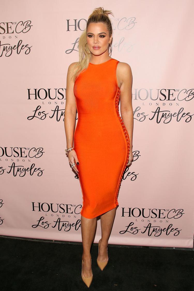 Khloe đang ở thời điểm đỉnh cao của sắc đẹp, diện chiếc váy midi màu cam sáng, Khloe vô cùng trẻ trung.