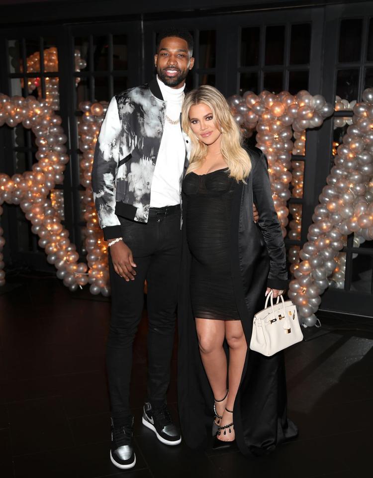 Đúng lúc này, sự nghiệp của Khloe đang ở đỉnh cao, Khloe công khai hẹn hò với cầu thủ bóng rổ Tristan Thompson.