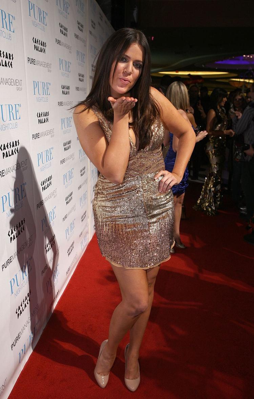 Một năm sau đó, Khloe chọn trang phục cắt xẻ táo bạo hơn.