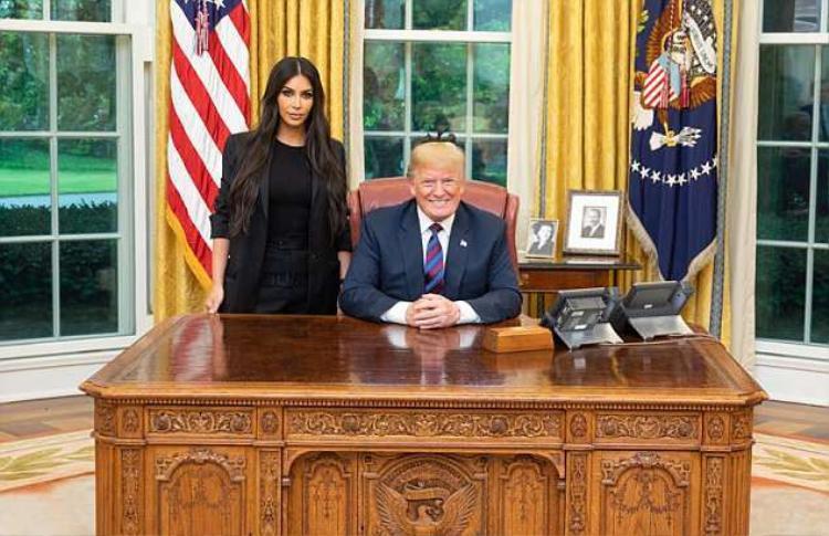 """Tổng thống Donald Trump """"khoe"""" bức hình chụp vớiKim Kardashian trong cuộc gặp tại Phòng Bầu dục. Ảnh: Twitter"""