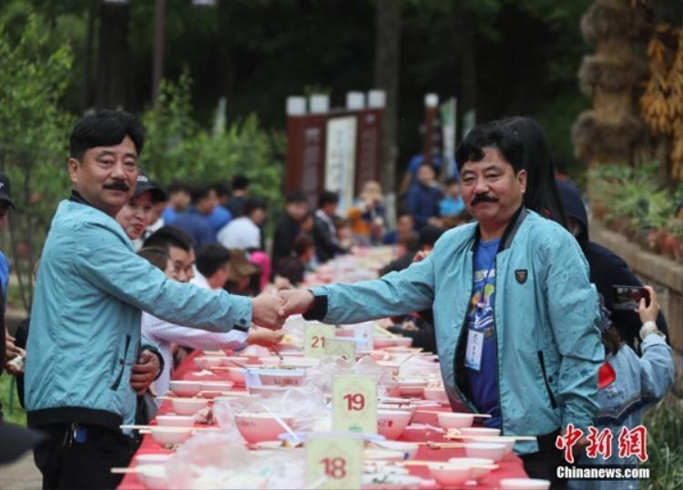 Vào hôm 26/5, một bữa tiệc sinh nhật dành cho 100 cặp sinh đôi đã được tổ chức tại tỉnh Hà Nam, Trung Quốc.