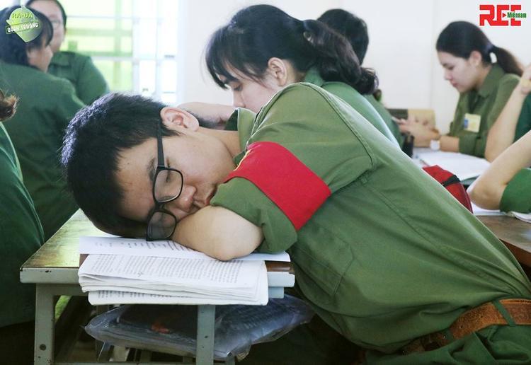 Đến cả đại đội trưởng còn không cưỡng lại được cơn buồn ngủ.
