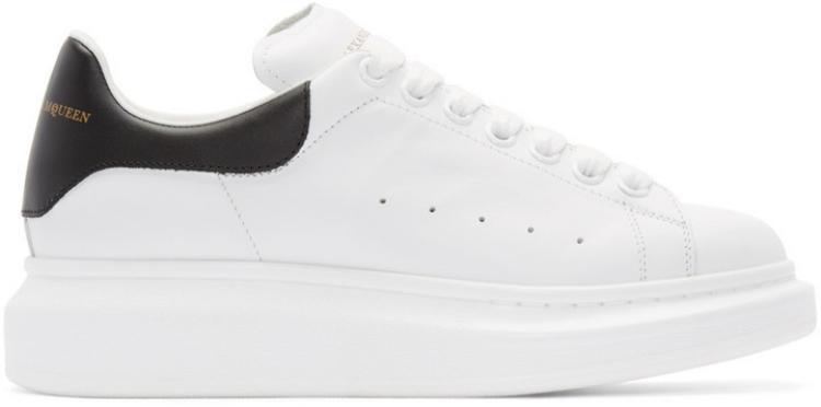 Đôi sneaker trắng basic của Alexander McQueens có mức giá hơn 12 triệu đồng.