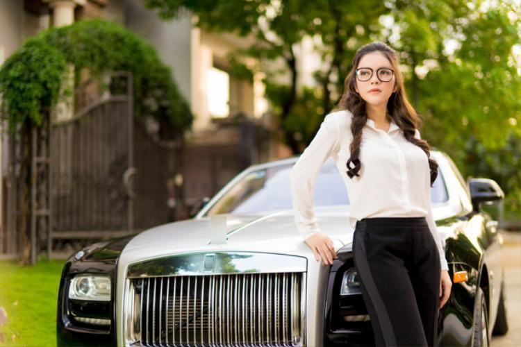 Lý Nhã Kỳ nổi tiếng với việc sở hữu một chiếc xe Rolls-Royce Ghost có giá trị lên tới 40 tỷ đồng. Dành riêng cho chiếc xe sang này, Lý Nhã Kỳ có riêng một đội tài xế để đảm nhận không chỉ công việc lái xe mà còn chịu trách nhiệm chăm nom, bảo dưỡng. Chiếc xe này được trang bị động cơ 6,6L V12 tăng áp cho công suất tối đa 563 mã lực và mô-men xoắn 780 Nm ở ngay vòng tua máy 1.500 vòng/phút.