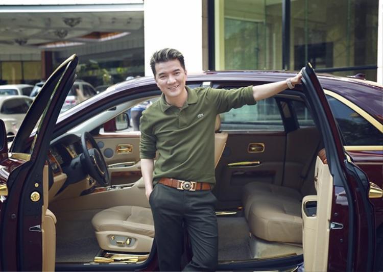 Đàm Vĩnh Hưng cũng nổi tiếng là một sao Việt chăm chỉ tậu xe sang, trong đó đắt giá nhất có lẽ là một chiếc Rollys-Royce Ghost được mạ vàng ở một số chi tiết với giá trị có thể lên tới 40 tỷ đồng.