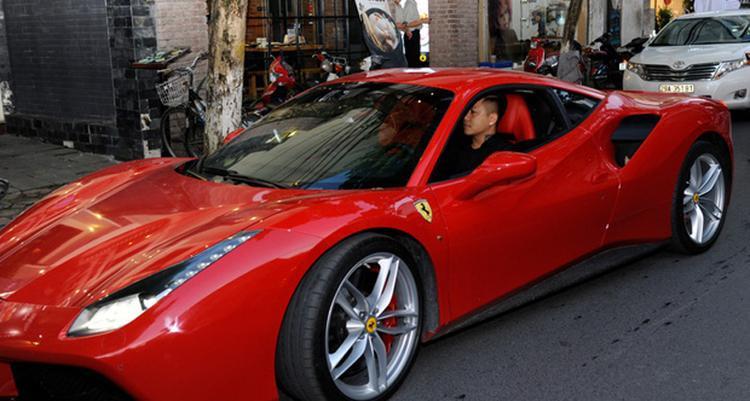 Tuấn Hưng có một chiếc xe Ferrari 488 GTB giá trị trên dưới 16 tỷ. Chiếc xe này từng tham gia vào hành trình siêu xe Car & Passion 2018.