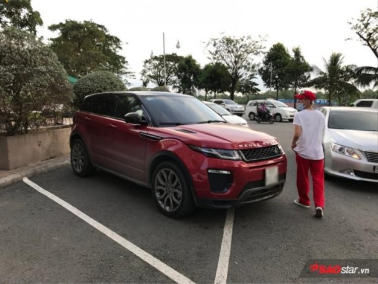 """So với các đàn anh, đàn chị, Sơn Tùng dường như lại khá """"giản dị"""" với một chiếc Range Rover Evoque màu đỏ với giá khoảng 3 tỷ đồng"""