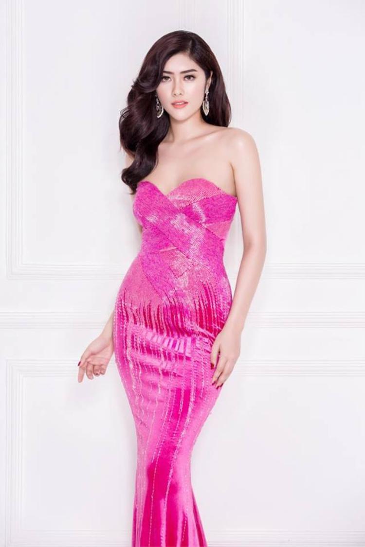 Hoa hậu châu Á Huỳnh Tiên nổi bật giữa đám đông với nón rộng vành trắng