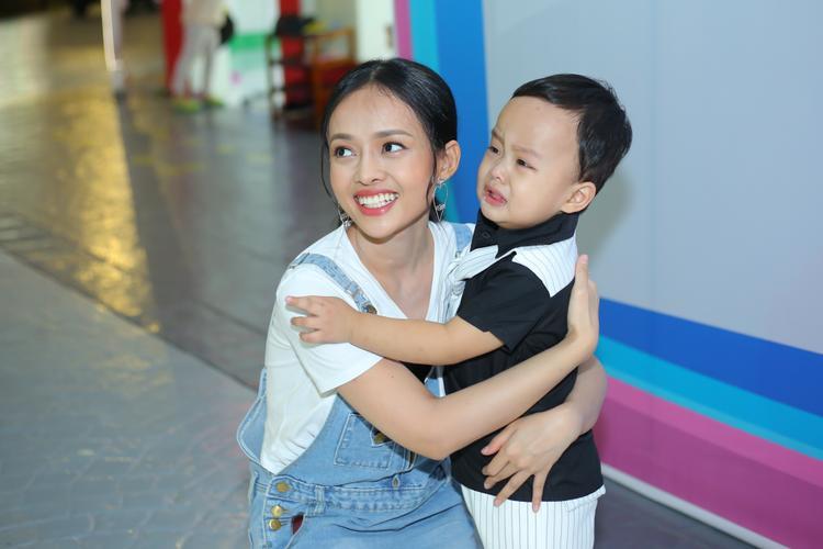Cậu bé đã biết nói vài câu tiếng Anh, rất thích hát cho mẹ nghe bằng tiếng Anh. Cậu bé ra đời là niềm an ủi vô bờ với Trúc, khiến bà mẹ trẻ tìm lại được sức mạnh sau cú shock đầu đời.