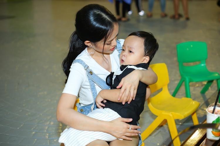 Hình ảnh bà mẹ mi nhon bên cậu con trai mũm mĩm khiến không ít người có mặt tại sự kiện tỏ ra thích thú.