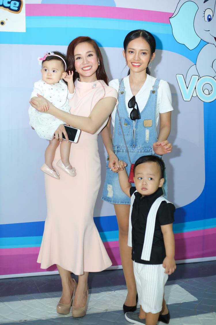 Hai mẹ con Thanh Trúc chụp hình bên ca sĩ Vy Oanh và con gái út của cô.