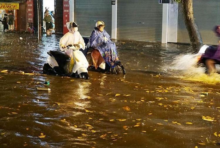 Phố cổ Hà Nội ngập nặng sau mưa.