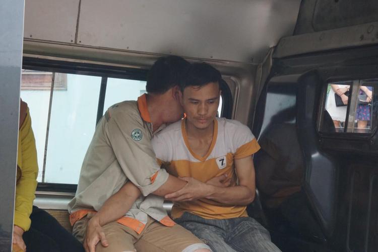 Anh ôm gục người thân khóc khiến nhiều người không cầm được nước mắt.