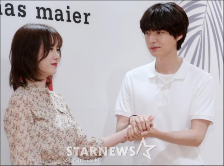 Ánh mắt ngọt ngào của Ahn Jae Hyun dành cho vợ.