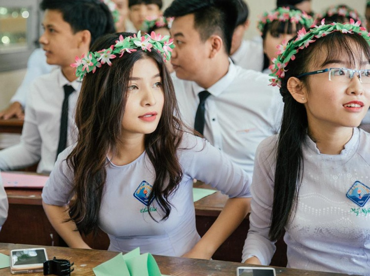 """Nữ sinh đến từ Tiền Giang đã khiến cộng đồng mạng chú ý chỉ vì 1 tấm ảnh kỉ yếu. Bức ảnh bắt được khoảnh khắc cô nàng đang lơ đãng nhìn đi đâu đó mà không biết có ống kính đang hướng vào mình. Nét đẹp và thần thái của cô bạn được ví như visual """"thiên thần"""" Nancy của nhóm Momoland."""