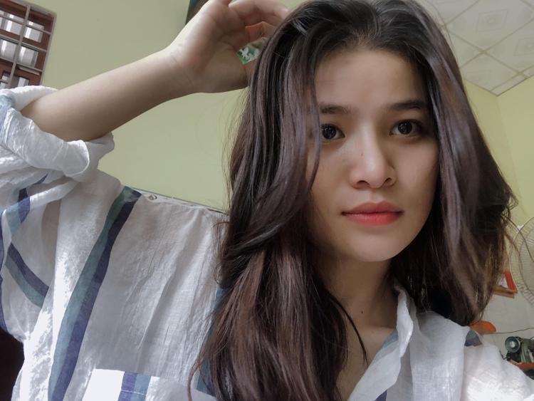 Dân mạng nhanh chóng tìm ra cô bạn trong ảnh là Lê Thị Cẩm Thư, hiện đang là học sinh của trường THPT Huỳnh Văn Sâm (Cái Bè, Tiền Giang).