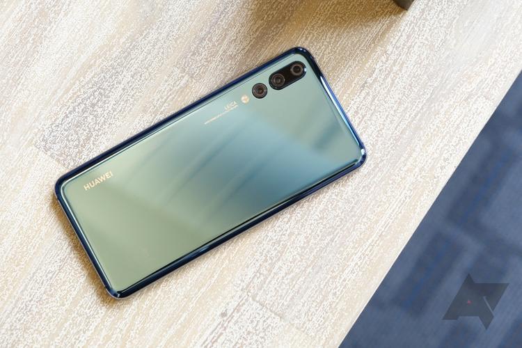 Với hệ thống 3 camera trên smartphone đầu tiên trên thế giới, Huawei P20 Pro được đánh giá là chiếc smarphone chụp ảnh tốt nhất hiện nay. Không chỉ nổi bật với khả năng ghi hình, Huawei P20 Pro còn là một trong những chiếc điện thoại có thời lượng pin tốt nhất trong bài kiểm tra của CNet, với thời lượng sử dụng lên đến 15 giờ 45 phút.