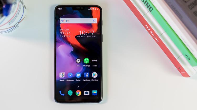 Góp mặt trong danh sách những smartphone có pin trâu nhất này có mẫu điện thoại vừa được ra mắt mới đây - OnePlus 6. Cũng giống như trường hợp Galaxy S9+, OnePlus 6 có thời lượng pin cũng không tốt như thế hệ tiền nhiệm 5T. Tuy nhiên, trong bài thử nghiệm của CNet, flagship mới của OnePlus vẫn có thể trụ tới 15,5 giờ.