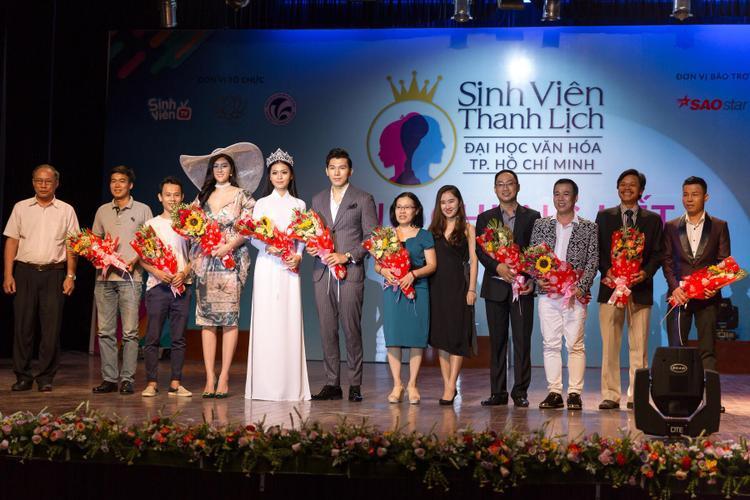 Huỳnh Tiên (thứ 4 từ trái sang phải) chụp ảnh cùng dàn giám khảo tham gia chấm giải cho Sinh viên thanh lịch ĐH Văn hóa TP.HCM.
