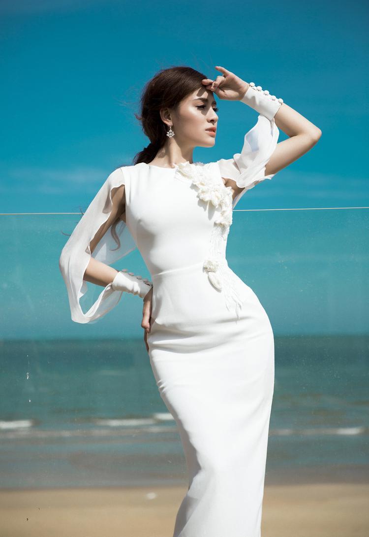 Bộ trang phục kín đáo, nhẹ nhàng thanh lịch với sắc trắng tinh khôi giúp Thư Dung nổi bật. Người đẹp sở hữu sắc vóc dịu dàng nên những thiết kế mỏng manh, quyến rũ càng làm Thư Dung thêm lôi cuốn. Điểm nhấn là phần đính kết nơi eo tăng thêm phần duyên dáng và nữ tính cho người đẹp.