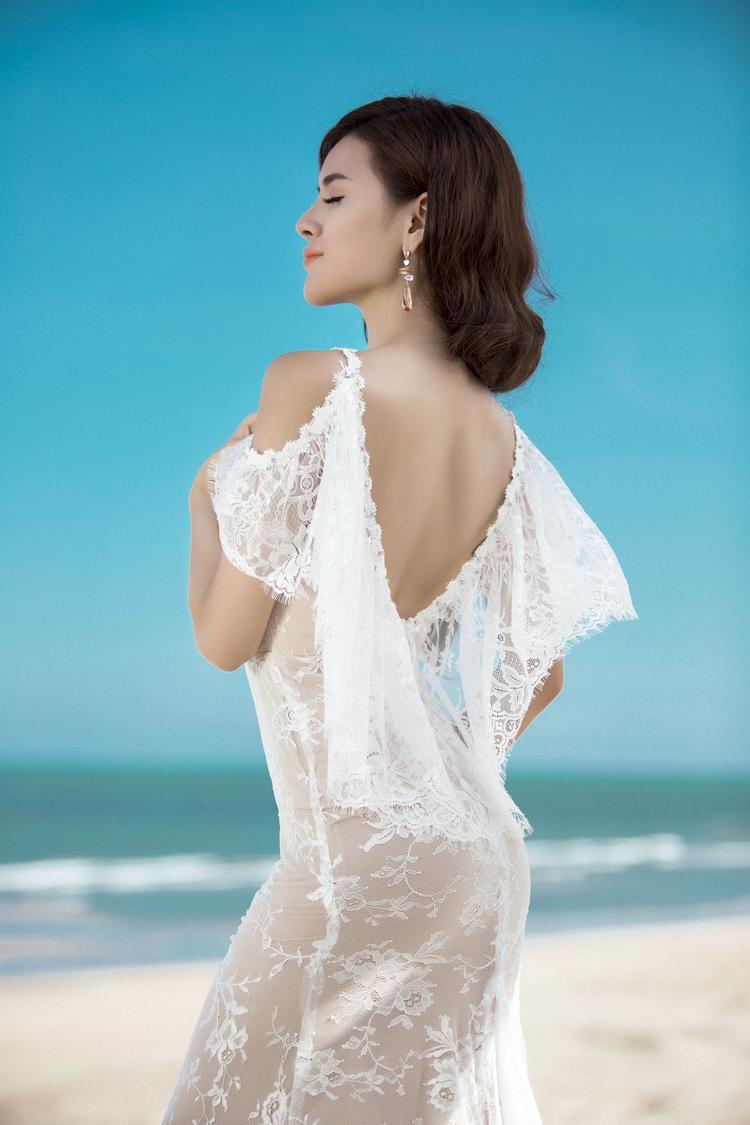 Bộ váy dài thướt tha hở lưng và có điểm nhấn là phần chân váy lộng lẫy cũng như chi tiết bèo ren sau lưng tôn lên vẻ duyên dáng quyến rũ của nàng Hậu.