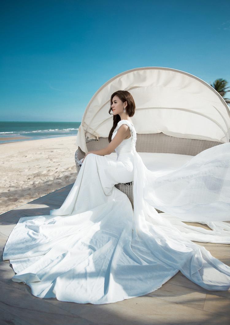 Thiết kế với màu trắng tinh khôi tiếp tục giúp Thư Dung ghi điểm với phần thiết kế tinh tế nơi tay váy và những chi tiết hoa được điểm phần thân váy. Phần thân váy bó sát tôn dáng, phần tay váy vô cùng tinh tế và thanh lịch làm điểm nhấn cho tổng thể trang phục.