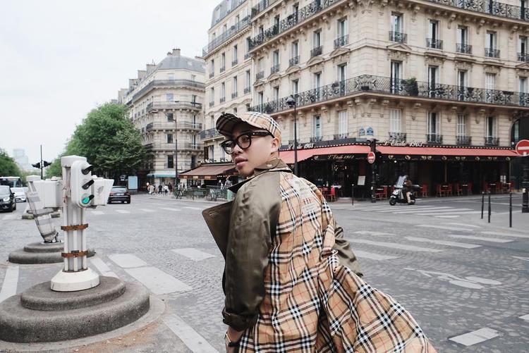 Xứng danh là một trong những stylist nổi tiếng về những món hàng hiệu đắt đỏ, stylist Hoàng Ku cũng sở hữu cho mình một chiếc nón này.