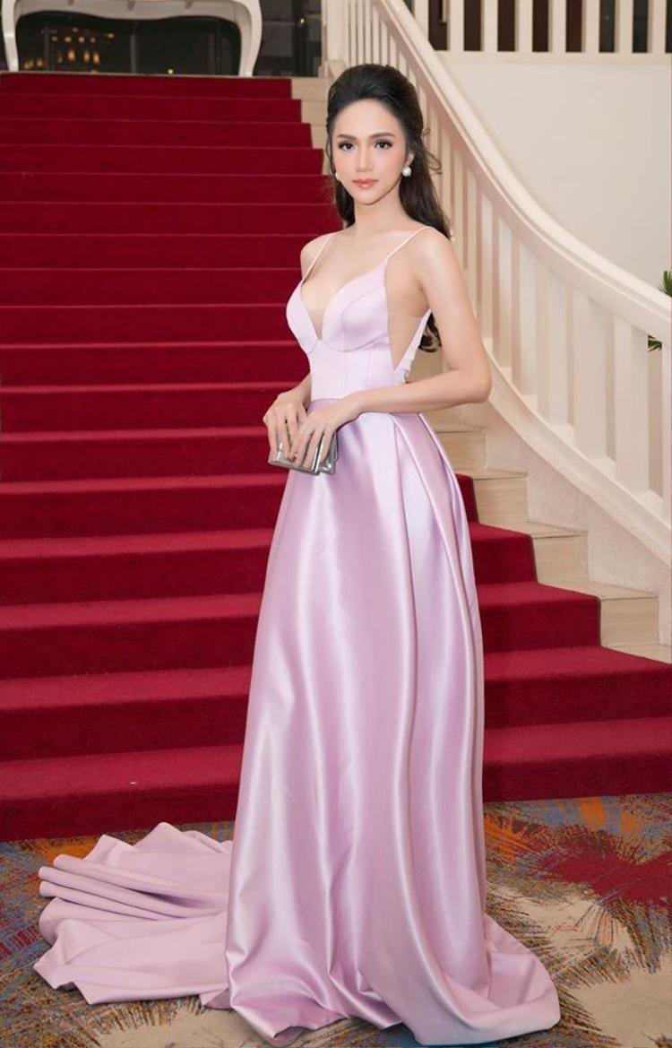"""Hoa hậu hương giang cũng nhiều lần được xướng tên trong top """"sao đẹp"""" nhờ những bộ cánh của Đỗ Long."""