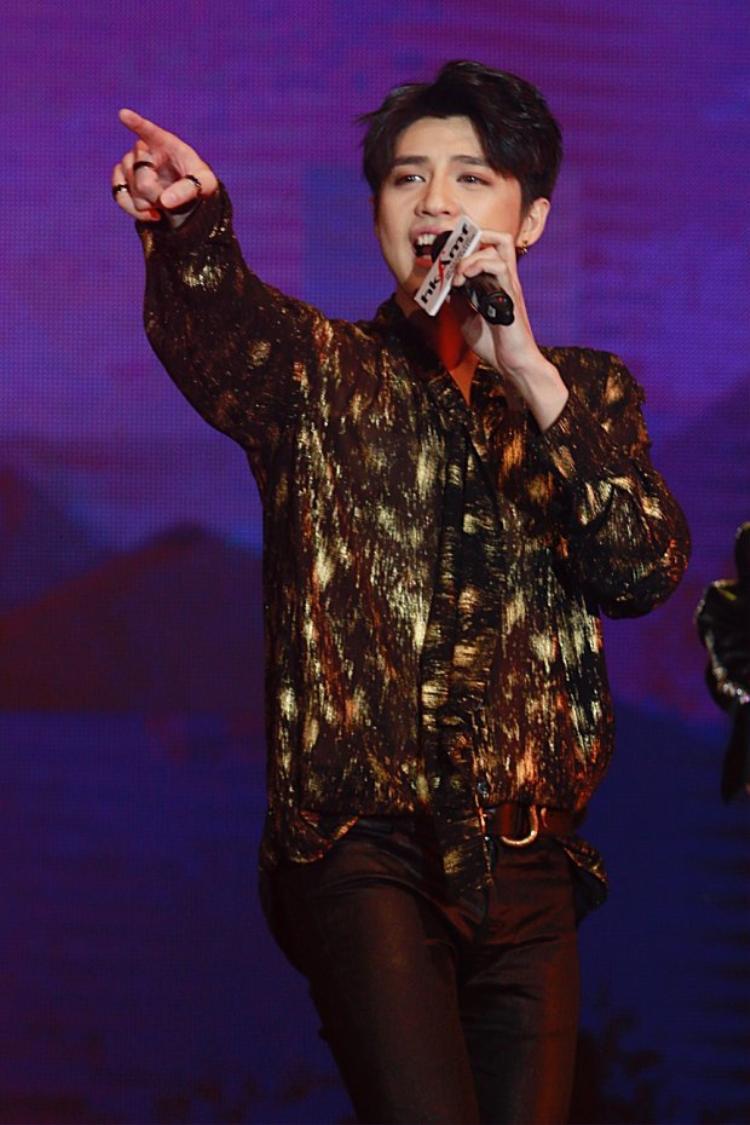 Tại Hong Kong Asian-Pop Music Festival 2018, nam ca sĩ đã khiến cho những khán giả quốc tế phải hết lời khen ngợi bởi phần trình diễn cùng vũ đạo quá tuyệt vời.