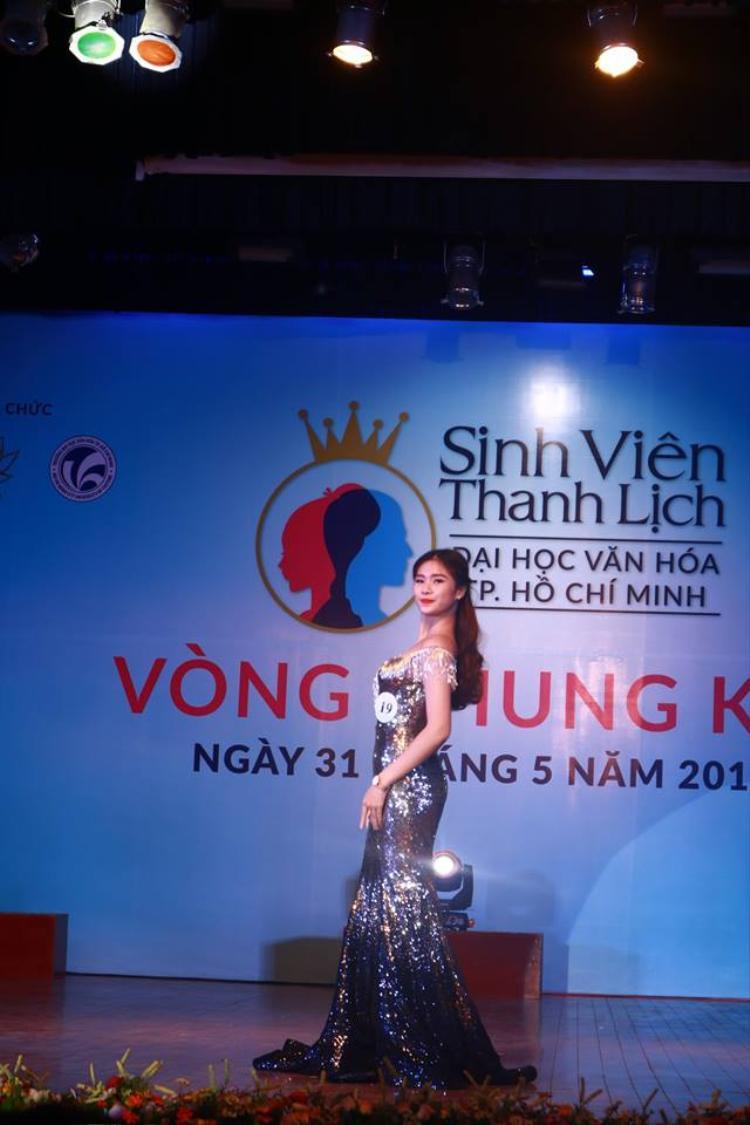 Hoa khôi Kiều Trinh tự tin khoe dáng cùng chiếc đầm dạ hội đẹp long lanh.