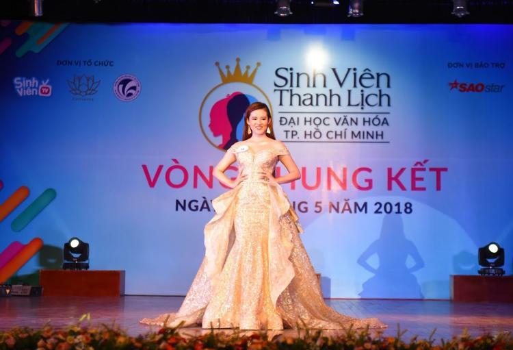 Sau màn trình diễn áo dài là phần thi trang phục dạ hội, trong ảnh là thí sinh Huyền Trang tỏa sáng trên sân khấu với sự lựa chọn áo dạ hội mà NTK Cao Hùng dành cho mình.