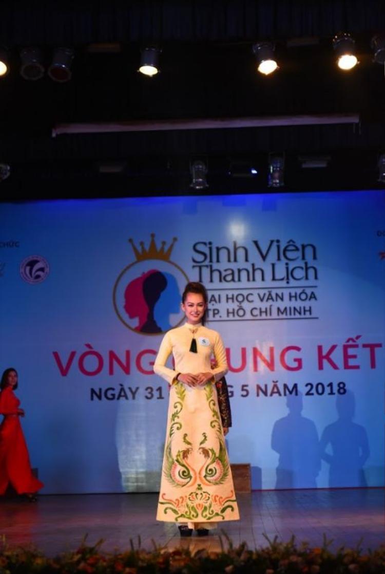 Thí sinh Huỳnh Phương Châu vô cùng duyên dáng với tà áo dài vàng in hình chim phượng.