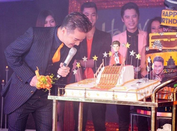 Đàm Vĩnh Hưng ngạc nhiên khi fan tặng bánh kem phủ vàng rồng.