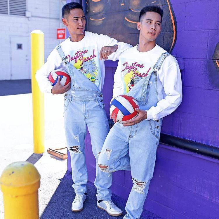 Không ít lần cặp đôi khiến fan hâm mộ thích thú khi diện những outfit giống nhau toàn tập, đơn cử như áo thun họa tiết cùng quần yếm jeans.