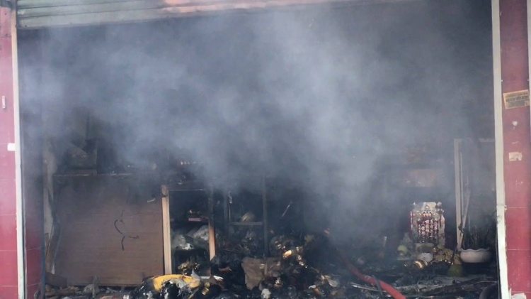 Cửa hàng gốm sứ cháy lớn lúc sáng sớm.