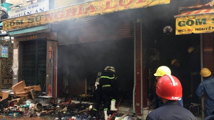 Lực lượng PCCC lao vào bên trong khống chế đám cháy.
