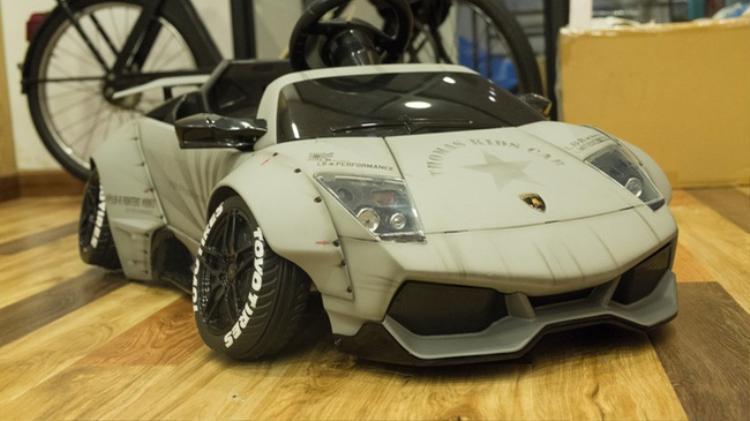 Về thiết kế, siêu Lamborghini nhí này gây ấn tượng với thiết kế hầm hố nhờ cấu tạo hai bánh xe mở rộng tối đa. Đây cũng là phong cách đặc trưng trên những chiếc xế độ của hãng Liberty Walk.