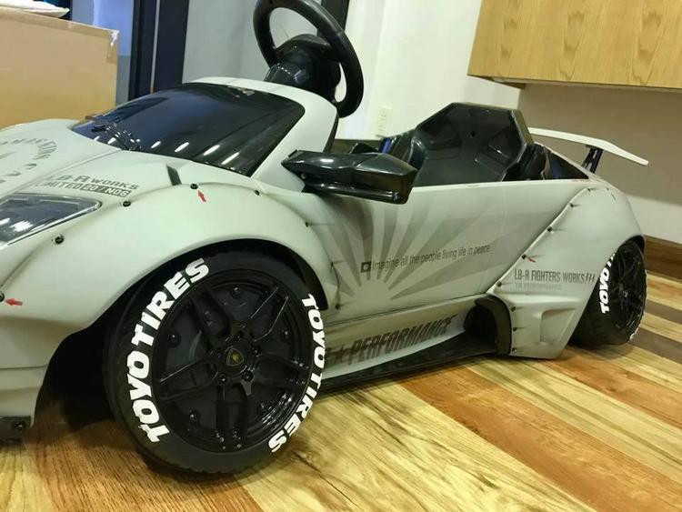 Ngoài ra, các chi tiết như la-zăng 5 chấu kép, cánh lướt gió phía sau cũng mang đậm chất thương hiệu của Lamborghini Murcielago LP670-4 SV. Siêu xe nhí này được trang bị động cơ điện và có tốc độ tối đa khoảng 10 km/h.