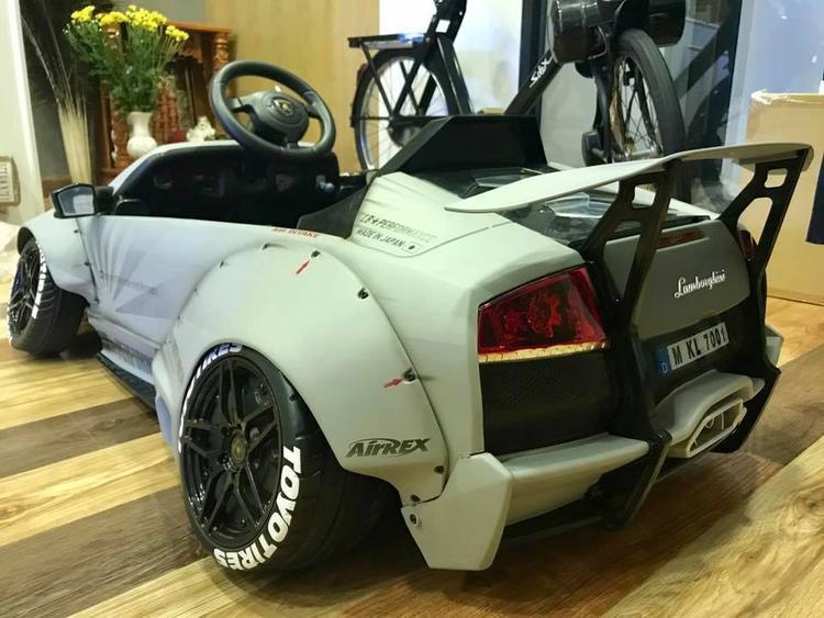 4 bánh xe được hãng độ Liberty Walk chỉnh góc camber âm với phần trên hướng vào bên trong tạo vẻ lạ mắt và khá ngầu cho hình dáng của chiếc siêu xe Lamborghini Murcielago.