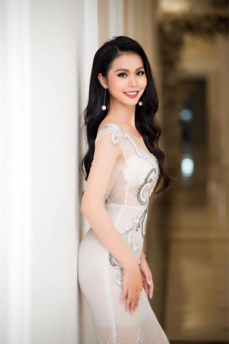 Hoa hậu biển Việt Nam toàn cầu đẹp nao lòng với áo dài trắng khi chấm vòng chung kết Sinh viên thanh lịch ĐH Văn hóa