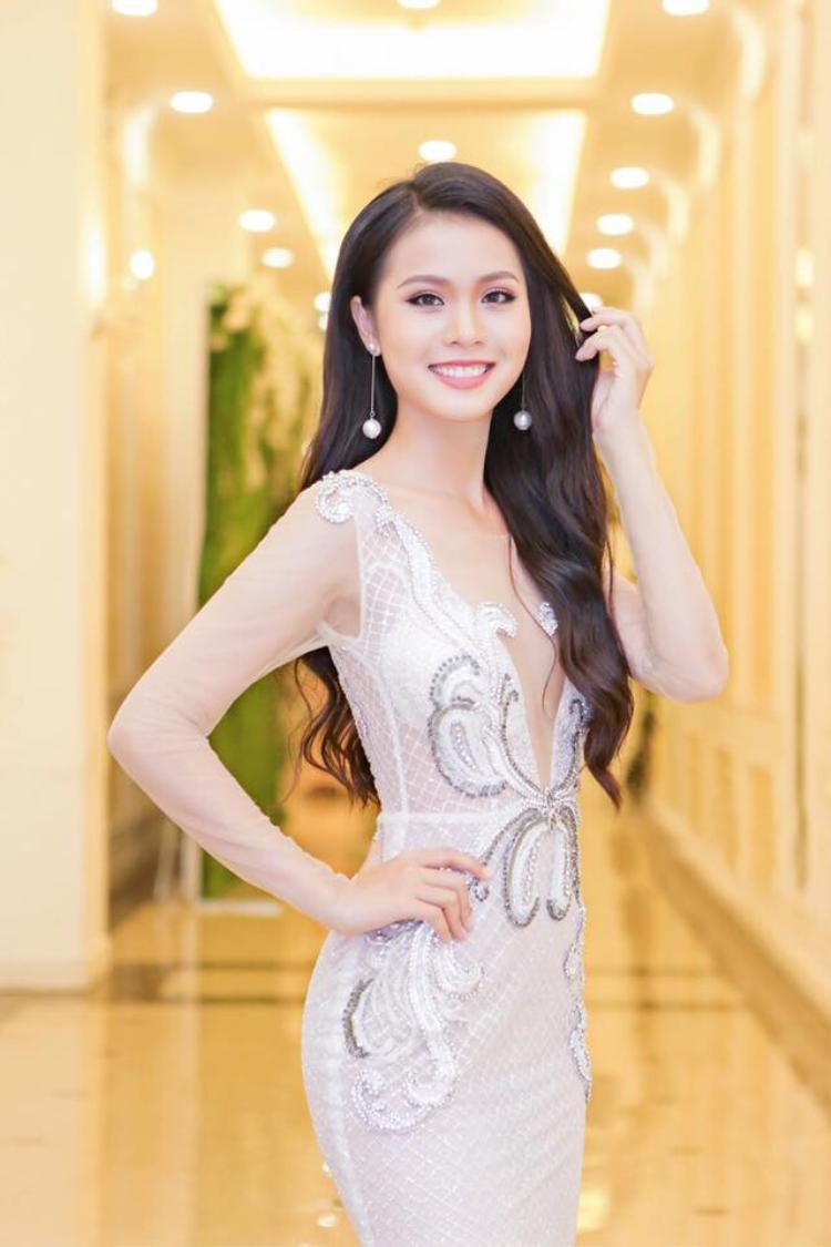 Người đẹp 19 tuổi thường lựa chọn lối trang điểm nhẹ nhàng để tôn lên vẻ đẹp tinh khôi.