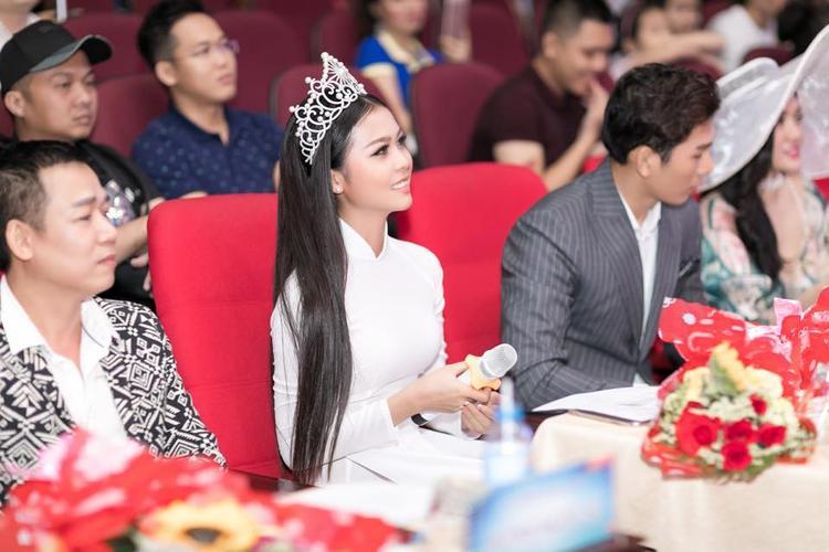 Đến với chung kết Sinh viên thanh lịch ĐH Văn Hóa, HH biển toàn cầu Kim Ngọc chọn tà áo dài trắng để thể hiện sự tinh khôi.