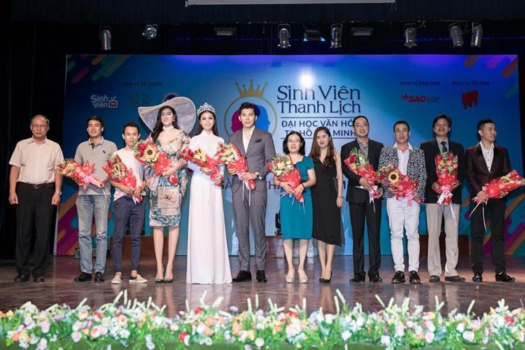 HH Kim Ngọc chụp chung cùng ban giám khảo cuộc thi.