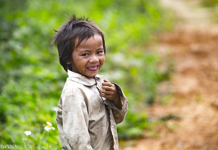 Hình ảnh em bé dân tộc Gia Rai tại tỉnh Kon Tum. Dù ít tuổi song các em đã có thể phụ giúp cha mẹ rất nhiều việc, có thể vừa chăn trâu, vừa trông em.