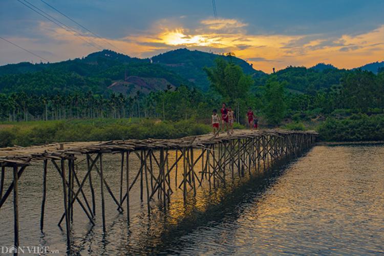 Trẻ em nô đùa trên một cây cầu lúc hoàng hôn tại huyện vùng núi cao Sơn Hà, tỉnh Quảng Ngãi.