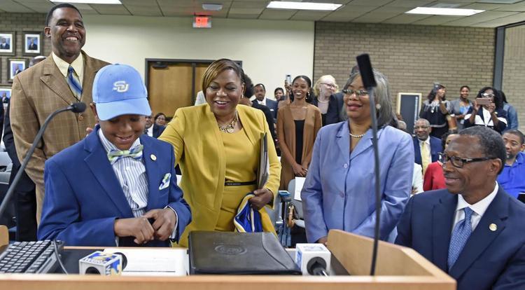 Elijah trước hội đồng tuyển sinh Trường ĐH Southern.