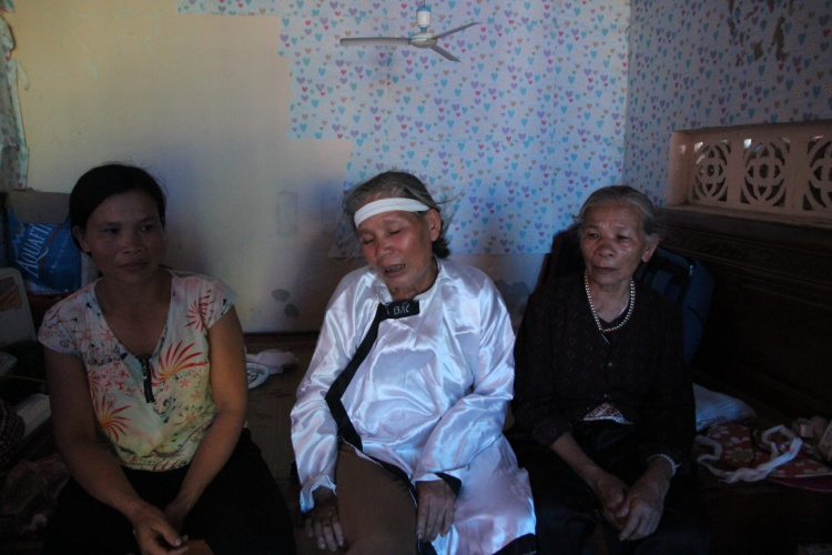 Bà Mai khóc ngất trước tai họa quá kinh khủng ập xuống gia đình.
