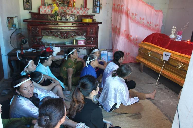 Rất đông người thân từ khắp nơi về để chuẩn bị tang lễ