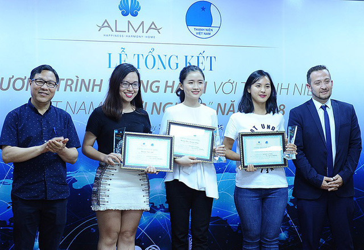 Phương Đông và Nguyễn Thị Quỳnh Nga (hai bạn mặc áo màu trắng) giành được học bổng học tập tại Israel trị giá 130 triệu đồng